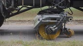 se movendo para cima : Equipment for cleaning streets and road surfaces.