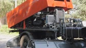 se movendo para cima : Equipment for cleaning streets and road surfaces. Lifting and lowering of the protective casing of the hydraulic unit.
