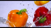 suculento : Falling and splashing pepper on water.