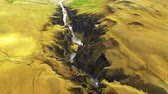 овраг : Flying over river canyon Fjadragljufur, Iceland. Стоковые видеозаписи