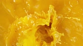 derramar : Super slow motion of pouring orange juice. Filmed on high speed cinema camera