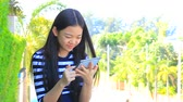 s amuser : thai message de fille de lecture ordinateur tablette Vidéos Libres De Droits