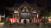 apropriado : Tokyo, Japan-January 6, 2018: A guy worships at a at the shrine early in the morning. Bow two times, clap hands two times and bow one time again is the appropriate way of worship. Vídeos
