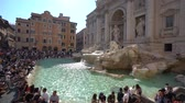 turyści : In Rome, Italy-July 27 2018: Trevi Fountain in the afternoon