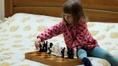 satranç : Little girl is playing chess