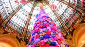 galeria : PARIS, FRANCE - NOVEMBER 20, 2017 Christmas tree with inflatable balls of sweets and cookies in the world famous store Galleries Lafayette Vídeos