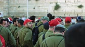 caqui : Jerusalem, Israel - May 25, 2017: Israeli soldiers and military men in the crowd near the Western Wall in Jerusalem. Western wall or Wailing wall or Kotel is the most sacred place for all jews.