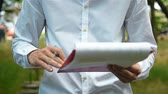 poradce : Businessman In Park Analyzing Financial Documents. Close Up