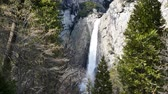 bergwandelen : The Famous Lower Yosemite Fall in Yosemite National Park rond februari Stockvideo