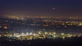 vista laterale : 4K Video della bella Rose Bowl, sala Pasadena City e Pasadena vista città di notte con i fuochi d'artificio Filmati Stock