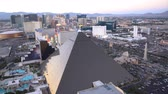 kasino : Las Vegas, APR 30: 4K Video of superb sunset aerial view of Strip, Las Vegas and Casinos on APR 30, 2017 at Skyfall Loung, Mandaly Bay, Nevada