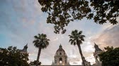 испанский : Sunset timelapse of the famous Pasadena City Hall at Los Angeles County, California