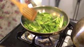 fokhagyma : Frying green vegetable in a non stick pan at home, Los Angeles