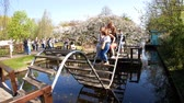 tulipan : Lisse, APR 21: People crossing the bridge to see the cherry tree blossom on APR 21, 2018 at Keukenhof, Lisse, Netherlands Wideo
