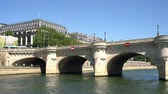 освещенный солнцем : bridge on Seine river at Paris, France