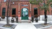 visita : Toronto, 5 ottobre: Walking in The Distillery Historic District il 5 ottobre 2018 a Tornoto, in Canada Filmati Stock