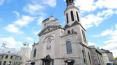 ibadet : Quebec, OCT 1: Exterior view of the famous Cathedral-Basilica of Notre-Dame de Quebec church on OCT 1, 2018 at Quebec, Canada Stok Video
