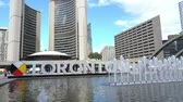 logotipo : Toronto, SEP 29: Fountain at Nathan Phillips Square and Toronto Sign, city hall on SEP 29, 2018 at Toronto, Canada Stock Footage