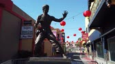 китайский квартал : Los Angeles, FEB 9: Bruce Jun Fan Lee statue and Chinese New Year decoration of China Town on FEB 9, 2019 at Los Angeles, California Стоковые видеозаписи