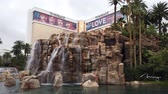 brunnen : Las Vegas, 28. April: Außenansicht des Mirage mit seinem Brunnen am 28. April 2019 in Las Vegas, Nevada Stock Footage