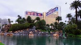 mesterséges : Las Vegas, APR 28: Exterior view of The Mirage with its fountain on APR 28, 2019 at Las Vegas, Nevada
