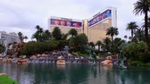 人工的な : Las Vegas, APR 28: Exterior view of The Mirage with its fountain on APR 28, 2019 at Las Vegas, Nevada