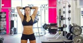 sutiã : Powerful fit woman workout triceps lifting weights in gym