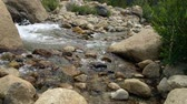 pedregulho : Swift moving shallow water rushing down hill in a rocky mountain stream.