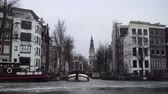 экскурсия : Amsterdam canal in ice. Стоковые видеозаписи