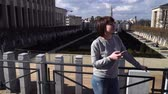 turyści : tourist lady looks at attractions in the city of Brussels Belgium