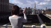 smartfon : Woman tourist takes pictureson on smartphone in Brussels Belgium
