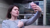 parlamento : Lady tourist make selfie on smartphone near the European Parliament in Brussels. Belgium. slow motion. Stok Video