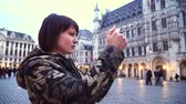 belçika : Lady tourist takes pictures on Grand-Place in Brussels, Belgium.