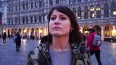 belga : Tourist girl walks and looks at attractions on Grand-Place in Brussels, Belgium. slow motion. Vídeos