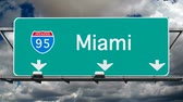 dálnice : Miami Interstate 95 overhead freeway sign with time lapse clouds.