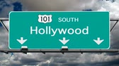 Голливуд : Hollywood 101 fwy south sign with time lapse clouds.