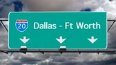 que vale a pena : Dallas, Ft Worth Interstate 20 freeway sign with time lapse sky. Vídeos