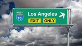 dálnice : Los Angeles Interstate 10 exit sign with time lapse clouds.