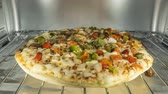 lanche : Cooking vegetable pizza in oven time lapse. Vídeos