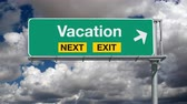 letreiro : Vacation next exit highway sign with time lapse clouds. Stock Footage
