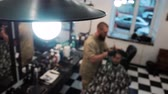 kuaför : Master and his client are in the defocus. Lamp in the foreground. Overall plan Stok Video