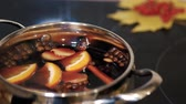 goździk : Cooking traditional drink for Christmas. Mulled wine preparations Wideo
