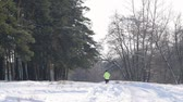 бегать трусцой : Man running in winter forest. Healthy lifestyle and fitness concept