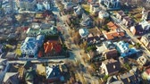 sídelní struktura : Fly over private houses in the suburbs. Aerial footage Dostupné videozáznamy