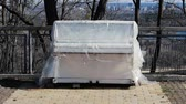 pianoforte a coda : A white piano stands in the street. Tool under the protective film
