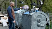 bidone : Bearded man throws garbage in the trash can and walks away. Slow motion