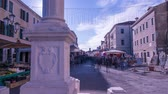 bieg : Timelapse of people on an outdoor market in Italy Wideo