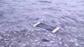 aanraken : Smartphone falls in river or sea water