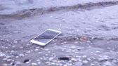 aanraken : Smartphone falls in the sea water
