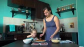 pekař : Mother and Daughter Grease the Pizza Base Dostupné videozáznamy